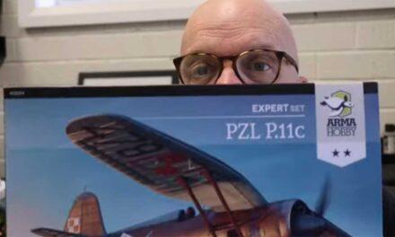 Brett Green rozpakowuje pudełko PZL P.11c w skali 1/48
